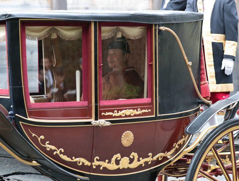 11月22日馬車に乗る天皇陛下