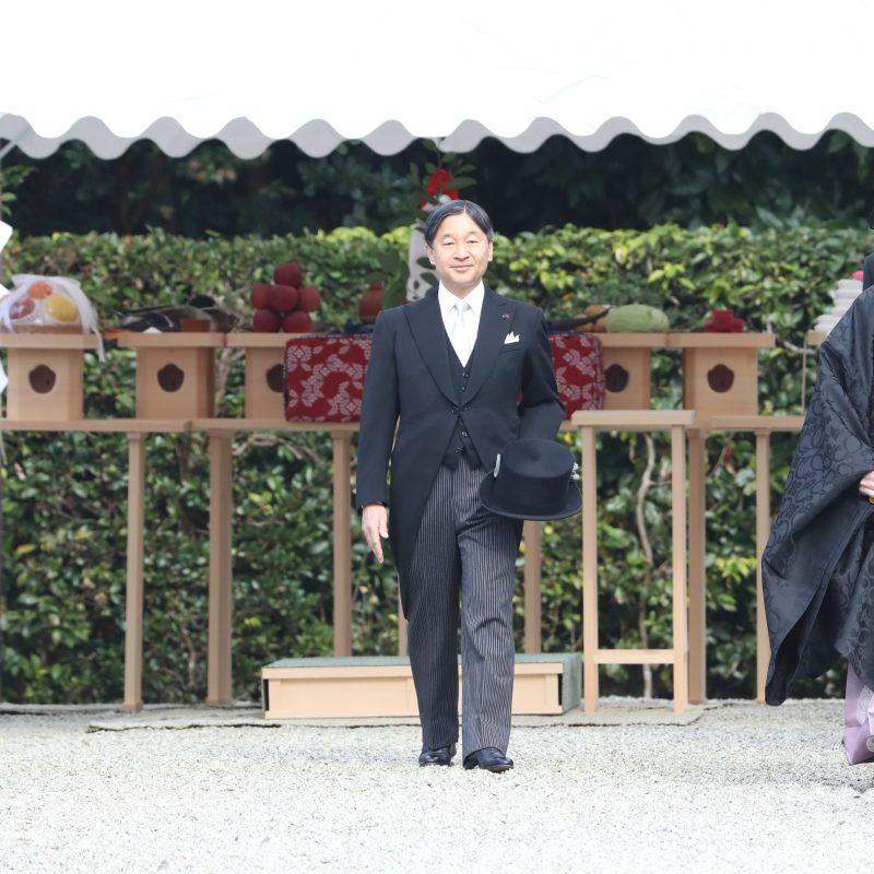 11月27日モーニング姿の陛下が参道をゆっくりと歩かれた