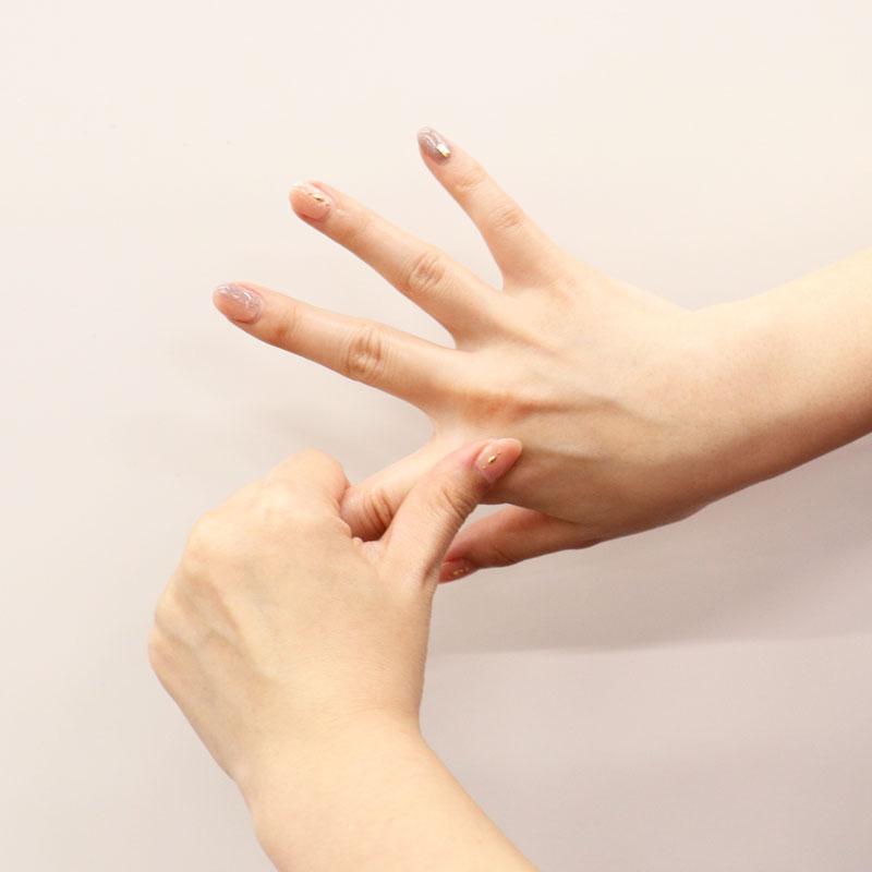 ハンドクリームを指に塗っている様子