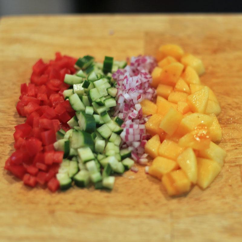パプリカ、柿などを刻んだもの