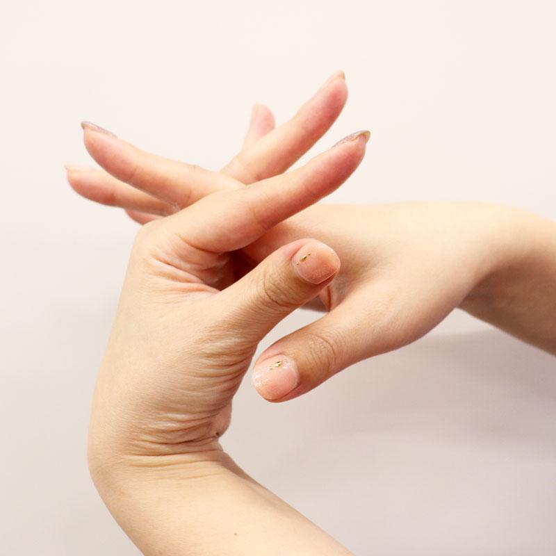 ハンドクリームを指と指の間に塗っている様子