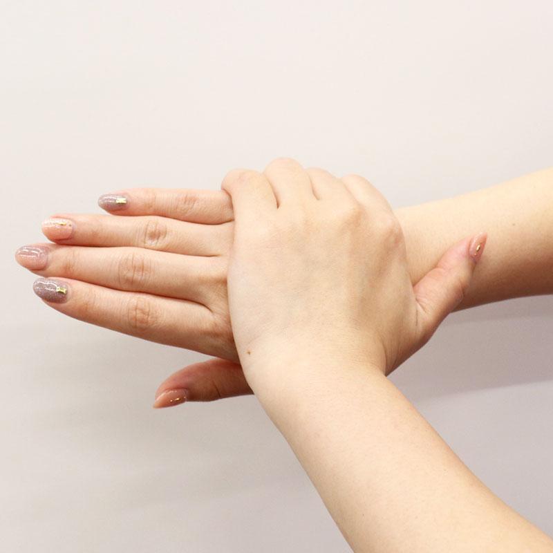 ハンドクリームを手の甲に塗っている様子