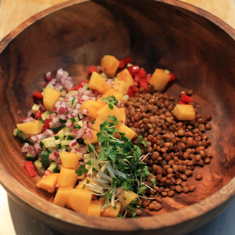 市橋有里がレシピ考案した「レンズ豆と柿のサラダ」
