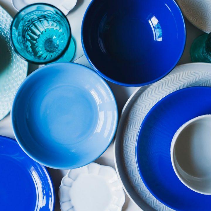 青い色の食器がたくさんテーブルにのっている