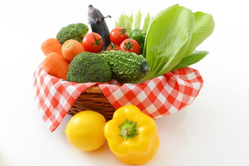 にんじんやブロッコリーなど緑黄色野菜がバスケットに入っている