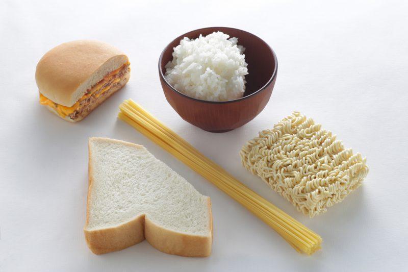 1割カットしたご飯やパン、ハンバーガーや麺が並んでいる