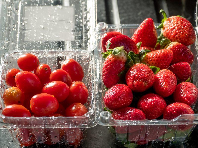 トマトとイチゴがパックに入って並んでいる