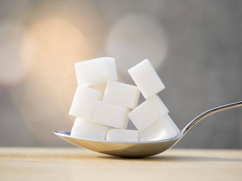 スプーンに角砂糖が乗っている