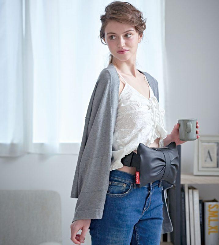 ルルド シェイプアップベルトを洋服を着た上から装着している女性