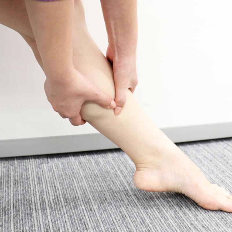 脚に保湿クリームを塗っている様子