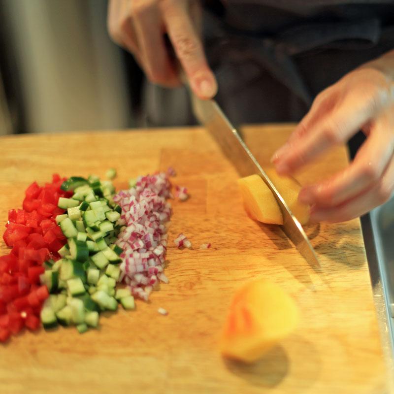 「レンズ豆と柿のサラダ」を作っている様子