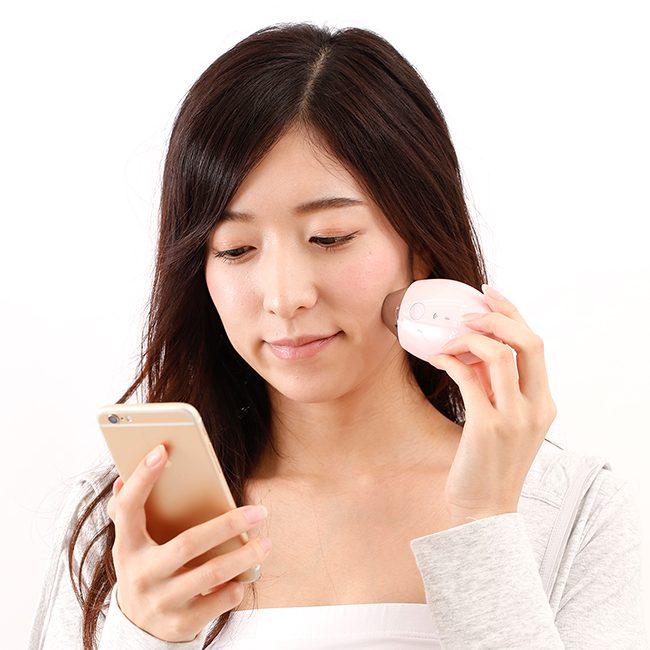 コスビューティー『美肌測定器2』を使用している女性