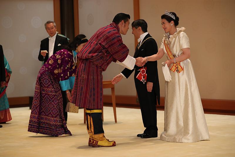 10月22日 饗宴の儀にて、ブータン国王、王妃と握手を交わされた天皇皇后両陛下