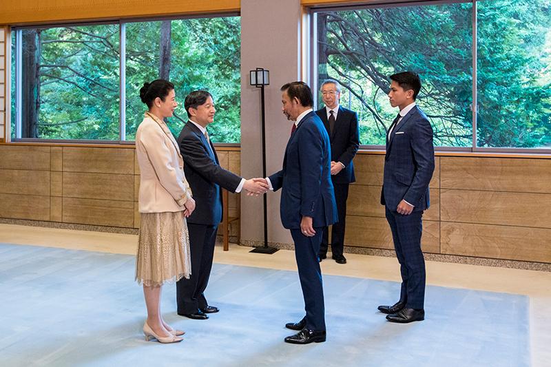 10月23日の茶会にて、ブルネイからの賓客を迎えられる天皇皇后両陛下