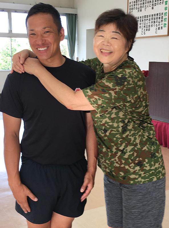 自衛隊員の渋谷さんに抱きつくオバ記者