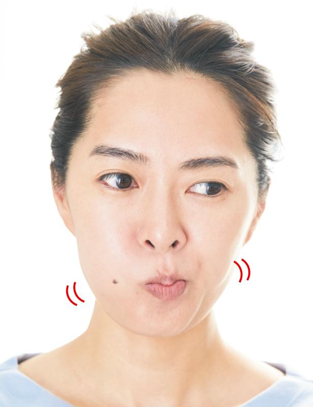頬をぷくっと膨らませている女性