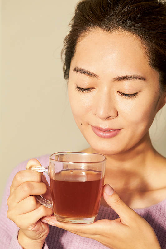 しょうが紅茶を飲んでいる女性