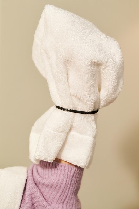 タオルにゴムをつけて手にかぶせている