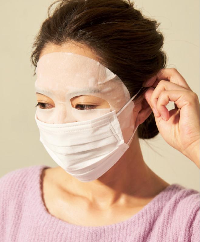 シートマスクをしてマスクをかけている女性