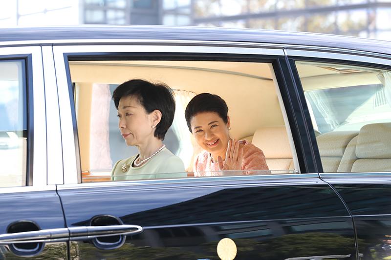 お車からお手振される雅子さま