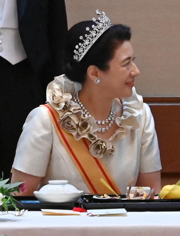 10月22日饗宴の儀にて、ティアラ、ドレス姿でディナーをとられる雅子さま