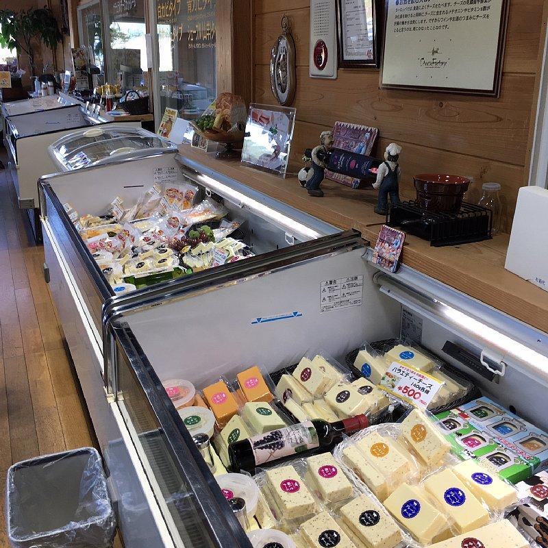 チーズが並ぶ店内