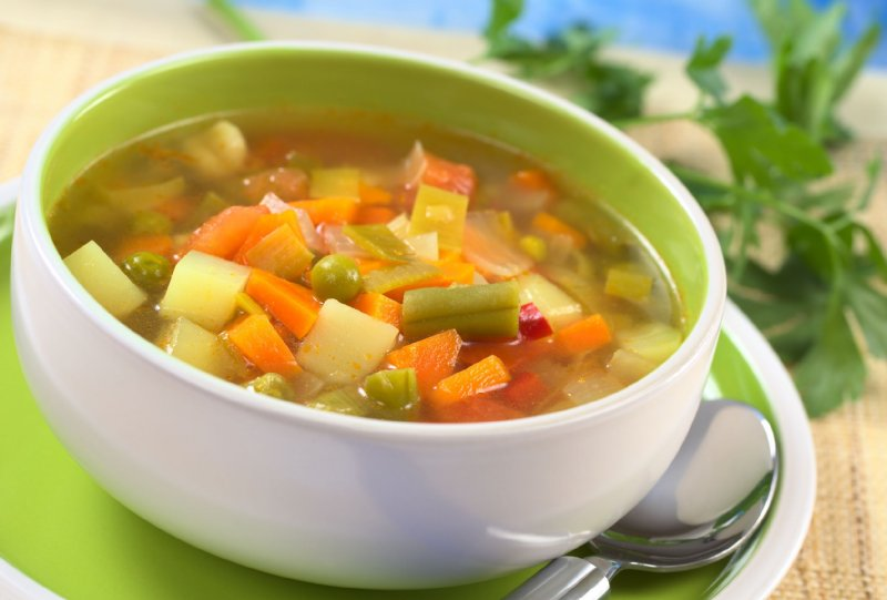 人参やじゃがいもなど野菜がたくさん入ったスープ