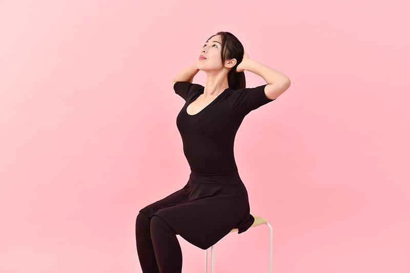 息を吸いながら斜め上を見て、肘と肘を開き、そのまま3回呼吸する。