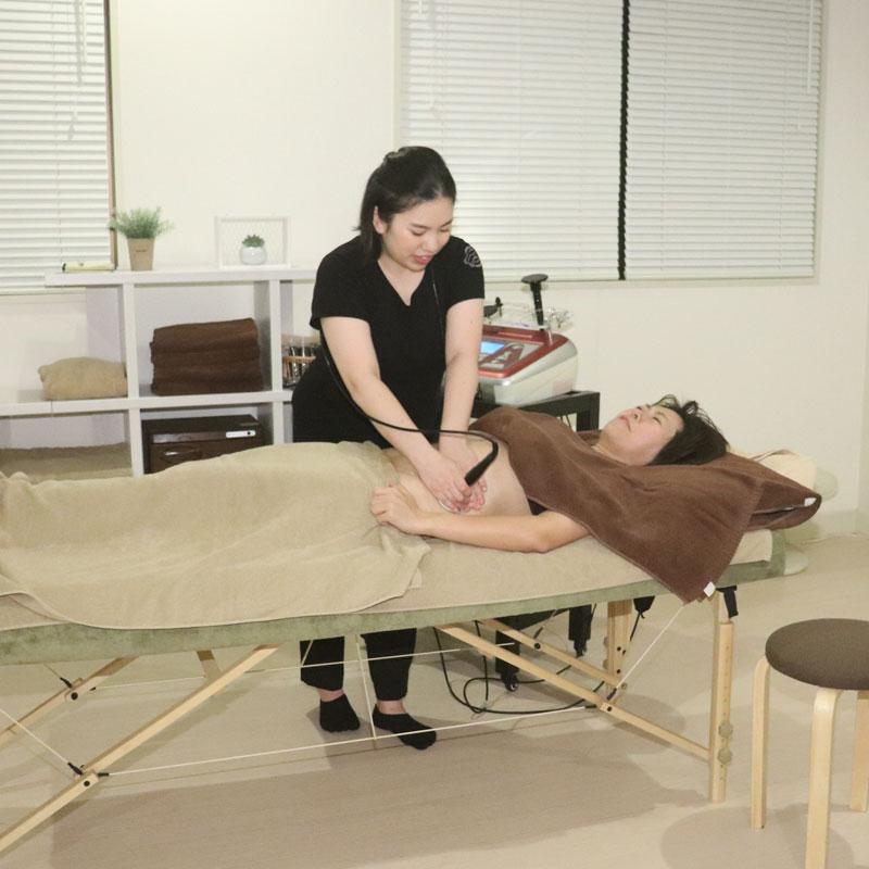 「腸ケア測定ファスティングパックプラン」でのエステを体験するライター