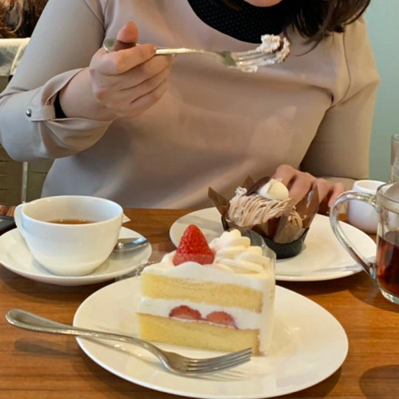 ケーキを食べる編集A子