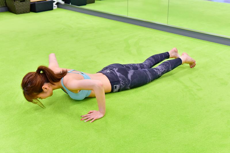両手を肩幅から拳2つ分、外に開き、ひざをついたうつ伏せに。腕の角度が90度になるように位置を調整するほのかさん