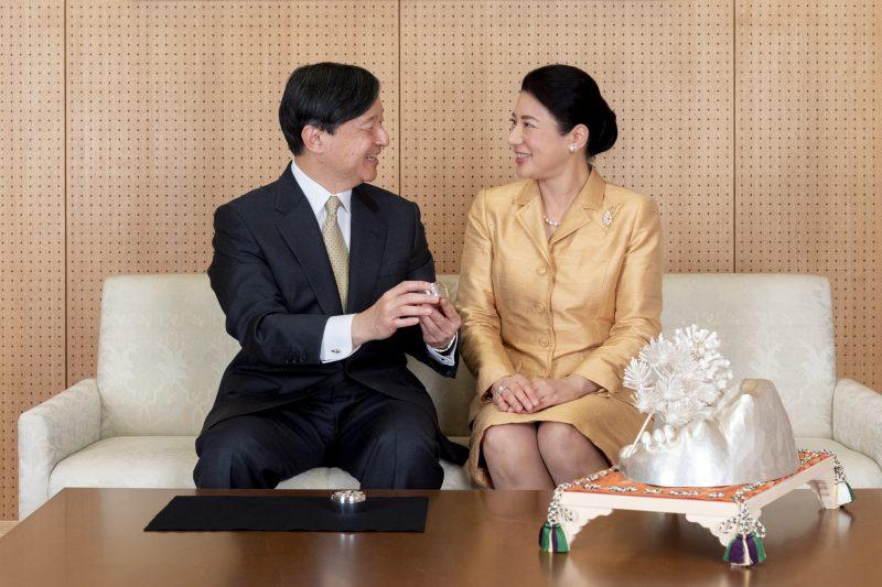 東京・赤坂御所にて、即位行事で配られた菓子器、ボンボニエールなどを眺めながら、天皇陛下とソファに座られる雅子さま
