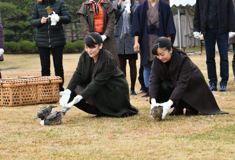 眞子さまはグリーン系、佳子さまはボルドー系のコートをそれぞれ羽織っていらした