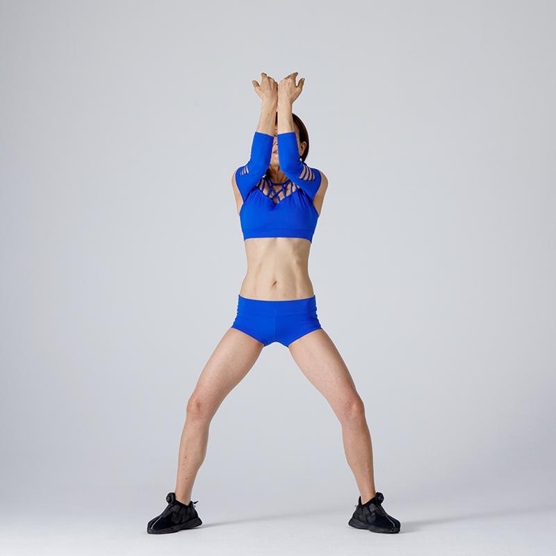 両肘を閉じて、膣の収縮がピークまで達したら、自然な呼吸で、膣を緩める。膣を元の位置に下ろすイメージで。両腕は【1】のグッドポジションの位置に戻す。【2】~【3】を8回繰り返す。