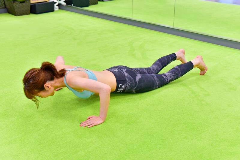 息を吐きながら、ひじの角度が90度になるまで体を下ろす 【4】息を吸いながら、床を強く押して【2】の姿勢に戻るほのかさん
