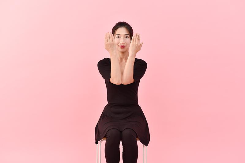 息を吐きながら肘と肘をつけてギュッと肘に力を入れる。