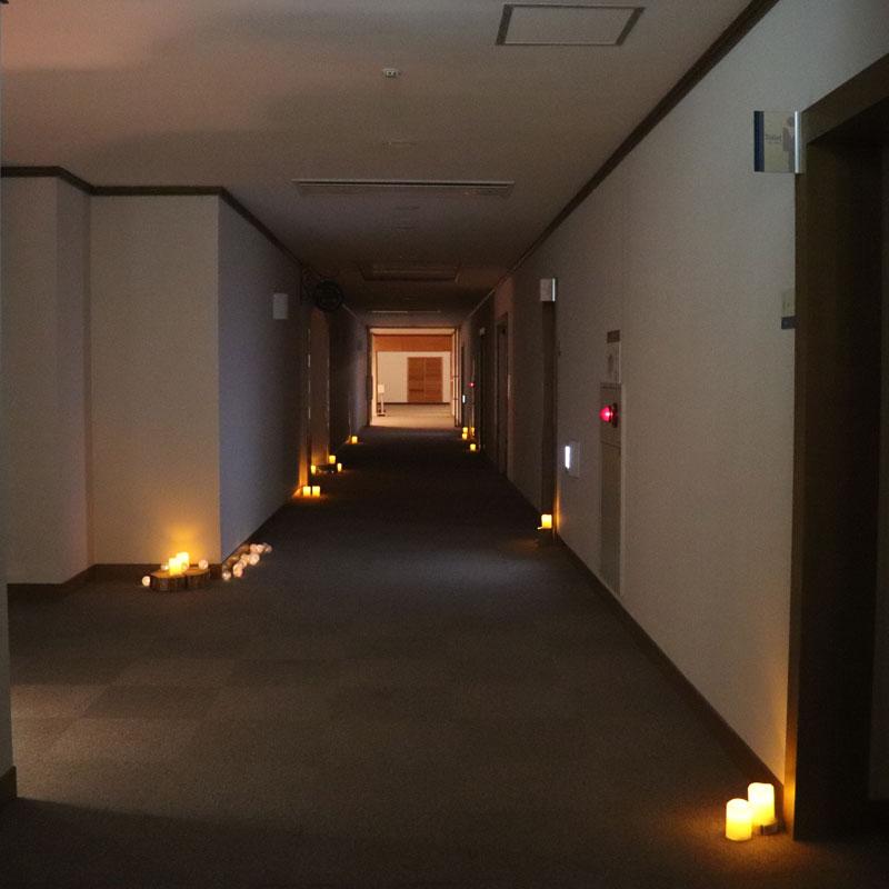 キャンドルで照らされたホテルの廊下