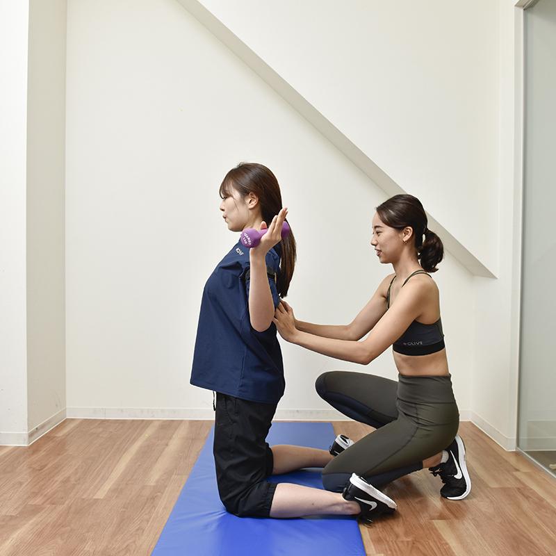 「BBV olá(ビービーヴィ オラ)」のインストラクターの菊地美早紀さんとお客様のトレーニング風景