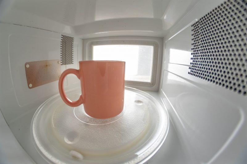 電子レンジでミルクを温めている