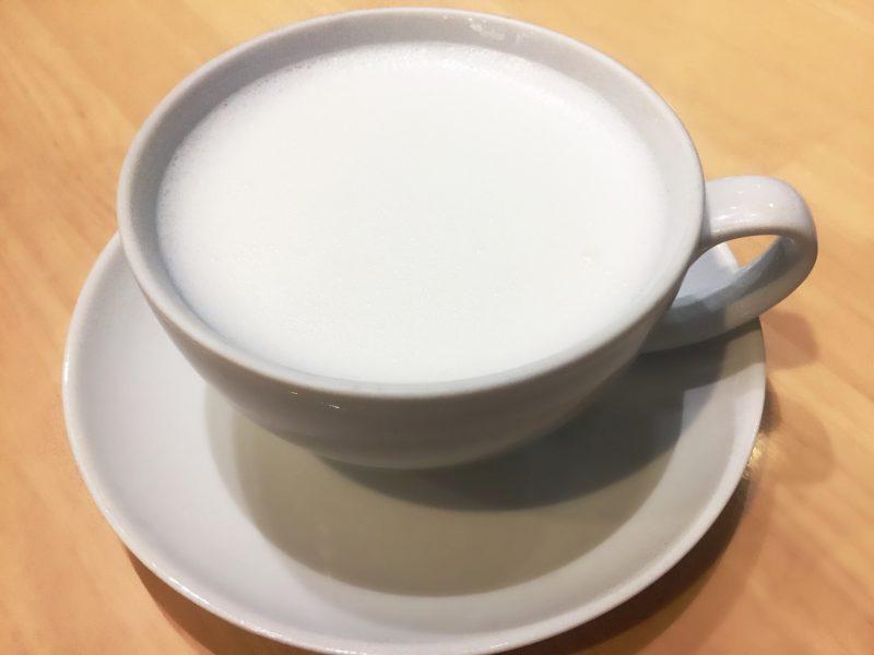 ホットミルクがカップに入っている