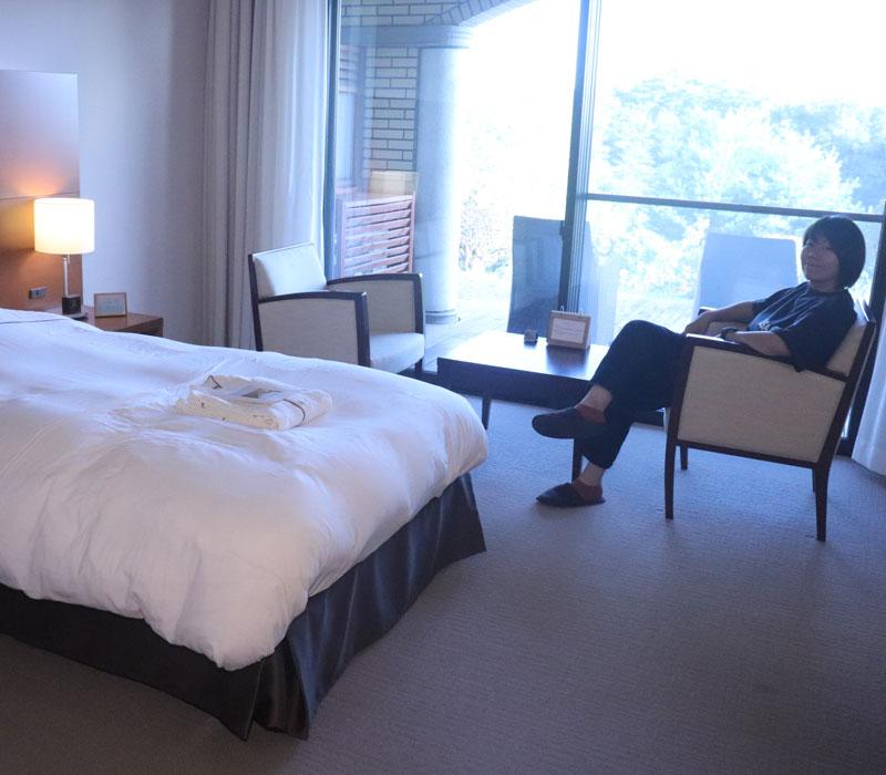 ホテルの客室でくつろぐライター