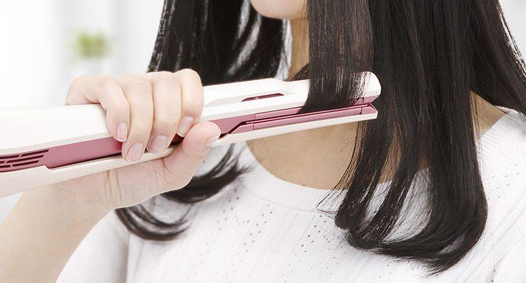 シャープのプラズマクラスターストレートアイロン IB-LS7を使用している女性の手元