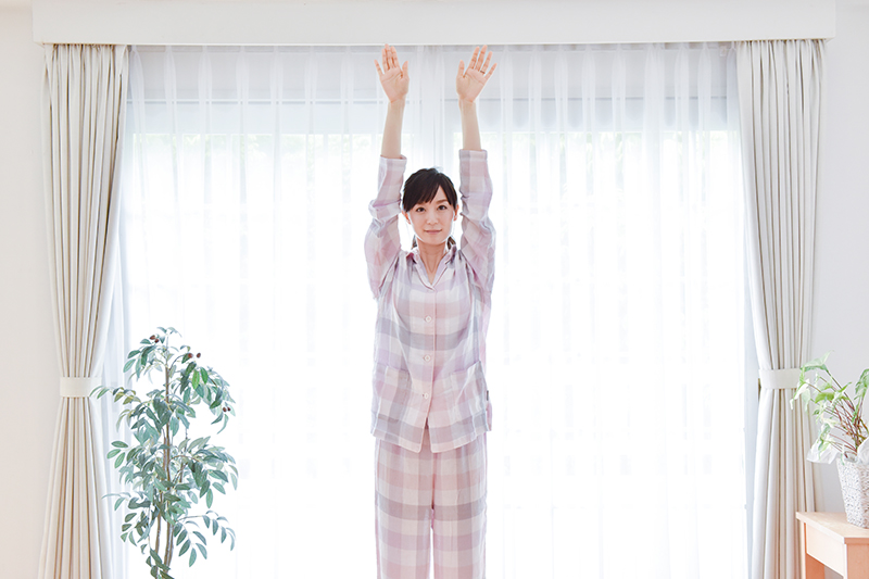 【1】 脚を肩幅に開き、真っすぐに両手を上げる。
