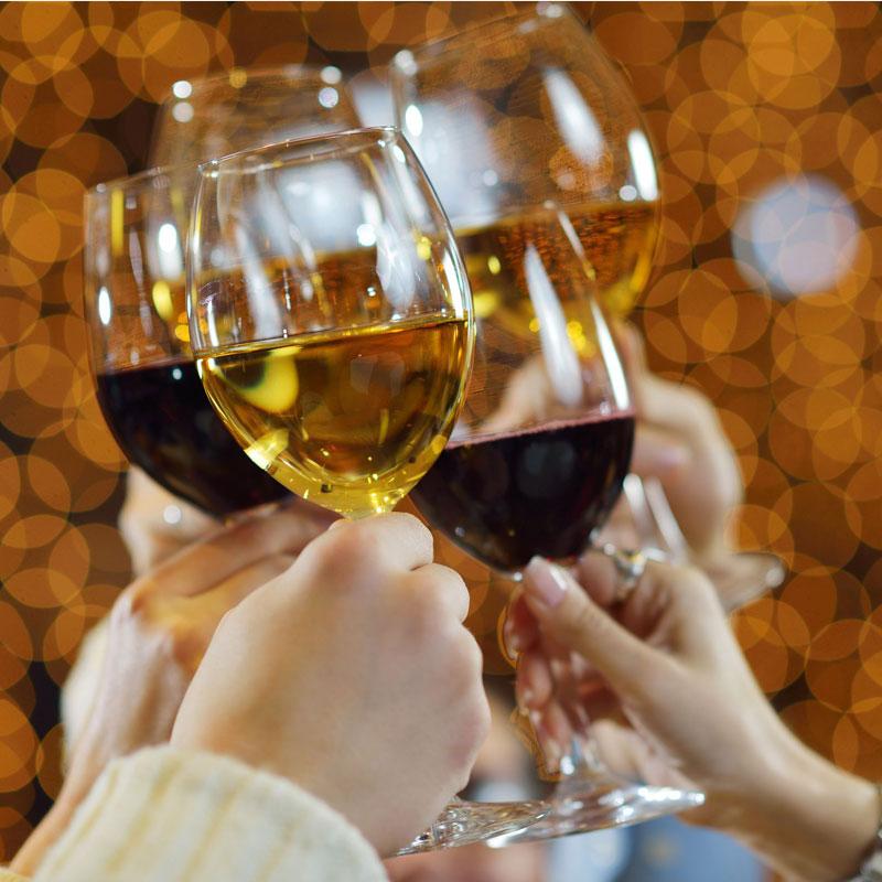 ワインを乾杯している写真