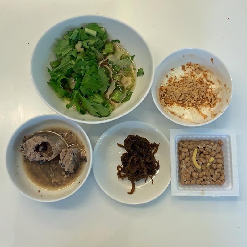 低糖質の食事例(サラダ、サバ缶、もずく、納豆、ヨーグルト)