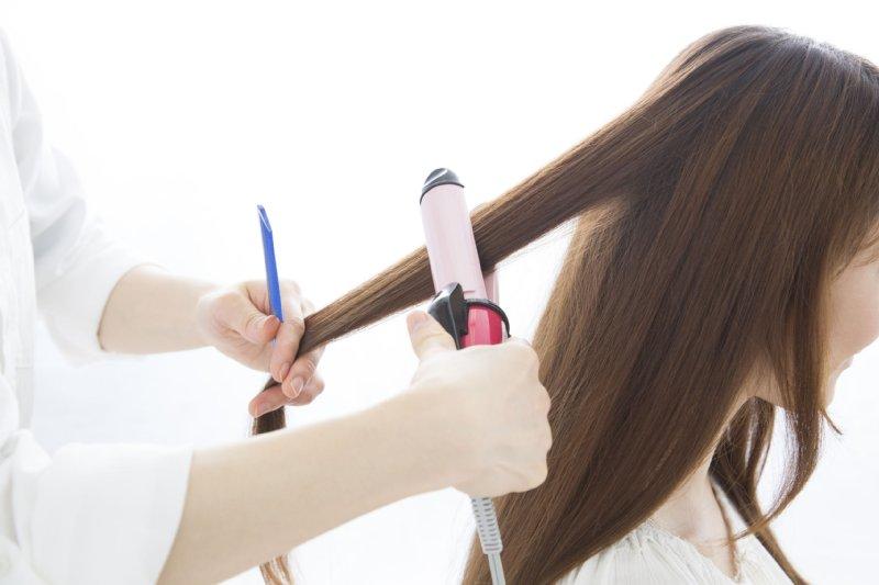 髪を巻かれる女性