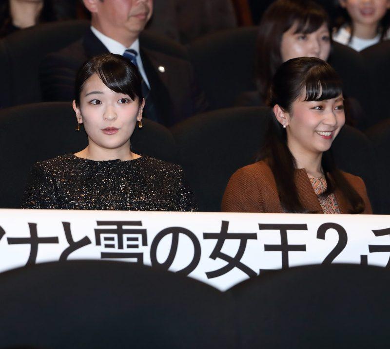 12月10日夜、東京・六本木の映画館を訪れ、映画『アナと雪の女王2』のチャリティー上映会に出席された眞子さまと佳子さま