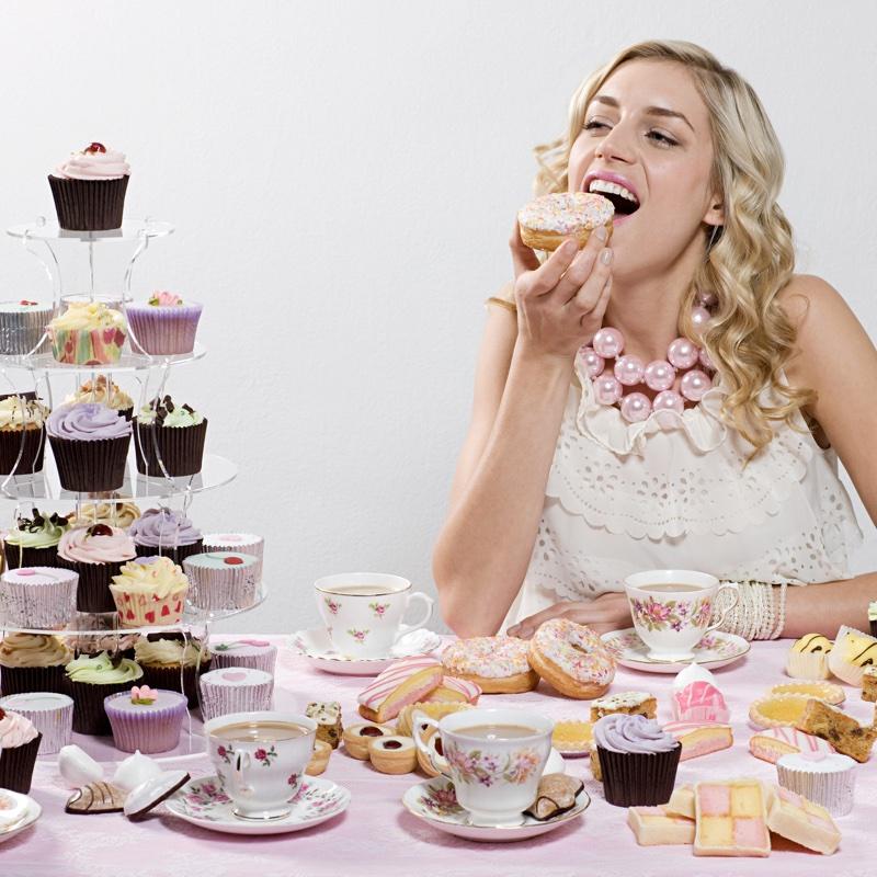 カップケーキを食べる女性