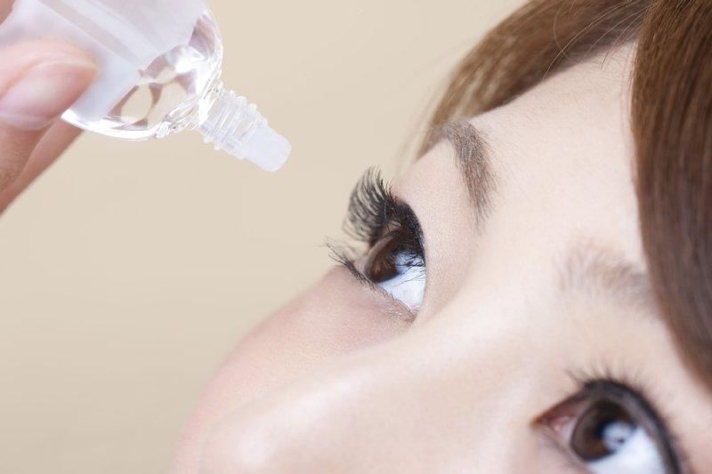 目薬をさす女性の目元