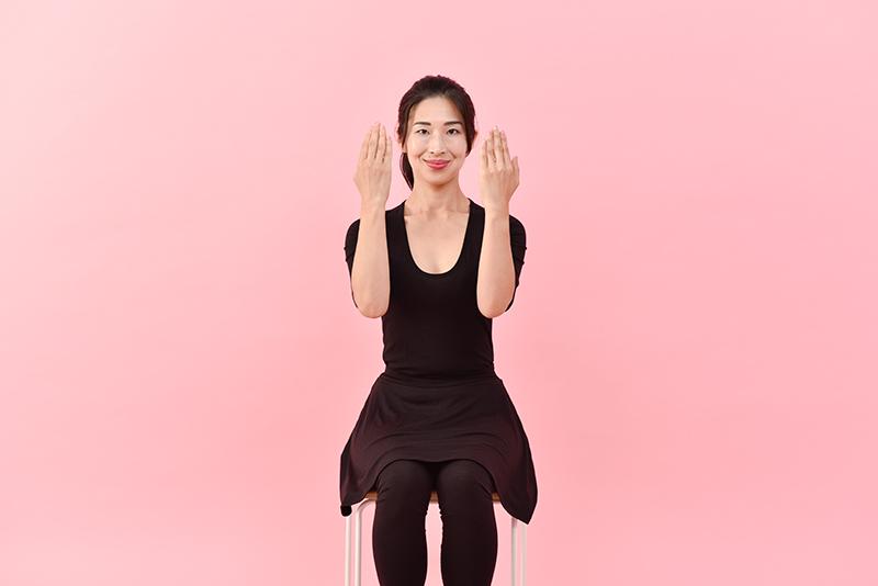 肘を曲げるときは直角になるように。そして、腕を開くときは手のひらを横に向けるようにしましょう。